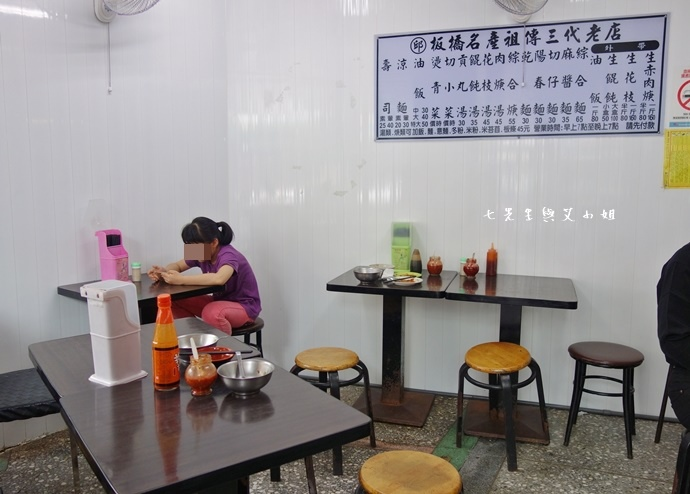 9 板橋黃石市場 蘿蔔糕芋粿糯米腸邱家三代祖傳肉羹現壓甘蔗汁.JPG
