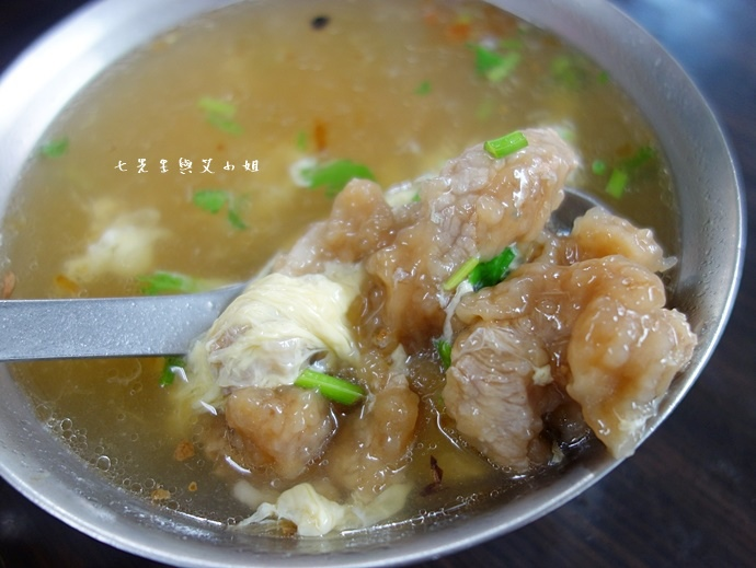10 板橋黃石市場 蘿蔔糕芋粿糯米腸邱家三代祖傳肉羹現壓甘蔗汁.JPG