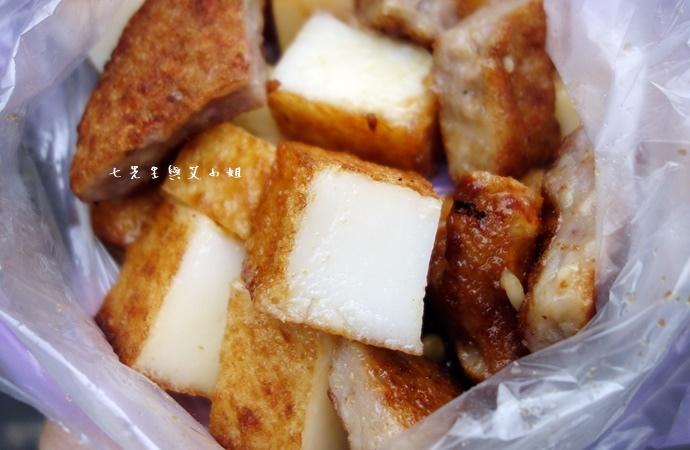 17 板橋黃石市場 蘿蔔糕芋粿糯米腸邱家三代祖傳肉羹現壓甘蔗汁.JPG