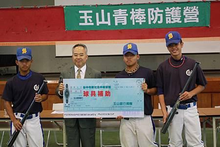 玉山證券陳嘉鐘總經理捐贈球具給予新社高中棒球隊