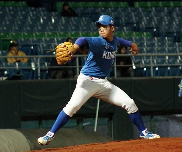 韓國明星隊咸德柱(HAM, DEOK JU)中繼2.1局拿下勝投.JPG