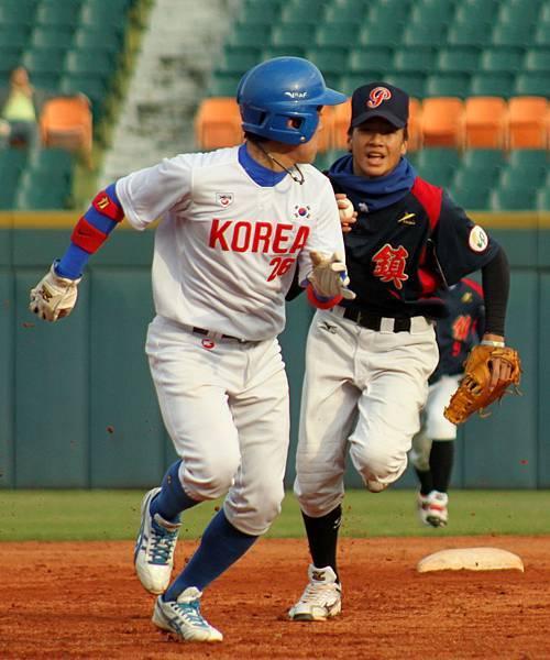 韓國明星隊韓承澤(HAN, SEUNG TAEK)在二三壘間遭夾殺.JPG