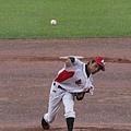 台東縣最後一任投手石元三在大雨中奮力投球