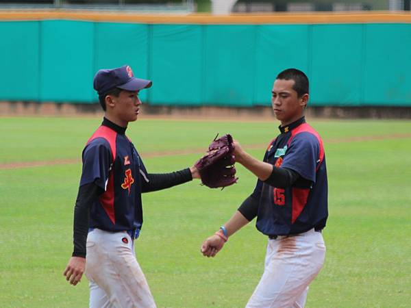 5局下17號投手王俊羽將對手三振 開心與隊友擊掌.JPG