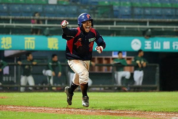 七局上桃園王偉帆安打,打回球隊超前分.JPG