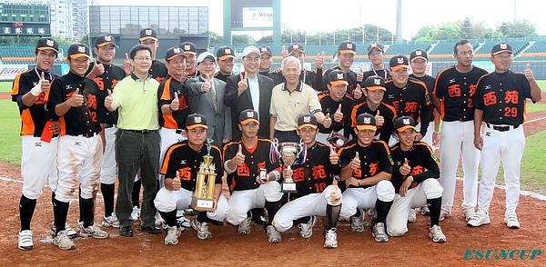 玉山金控總經理黃男州(第二排左5)與今年冠軍隊伍臺中市代表隊及教練合影。
