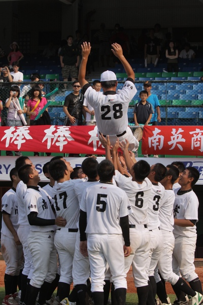 台南市獲得冠軍後興奮的將教練拋起