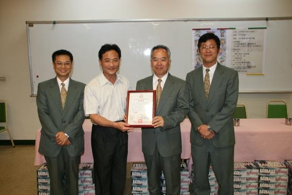 台中高農教務主任楊育仁代表頒發感謝狀給玉山證券董事長陳嘉鐘