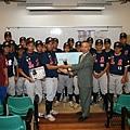 玉山證券董事長陳嘉鐘代表捐贈十萬元球具至台中高農棒球隊