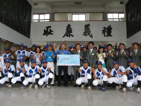玉山銀行個金總經理黃永和至成功商水捐贈10萬球具