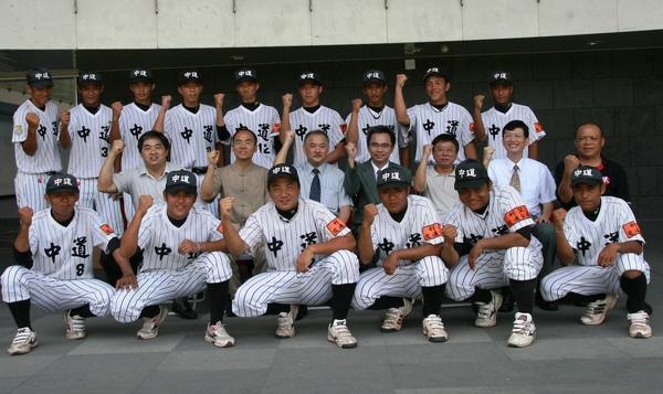玉山銀行捐贈中道中學十萬球具,讓棒球隊的未來展現曙光