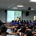 陳雅玲講師以中華隊王牌投手張耿豪為例,請全場選手檢視自己的身體狀況.JPG