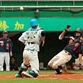 桃縣曹佑寧(右)包辦3安猛打、1打點並跑回2分