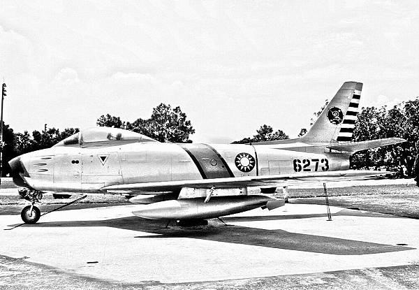 F-86F軍刀式戰鬥轟炸機