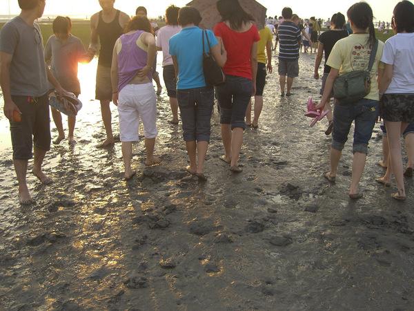 每個人的腳都沾滿了污泥