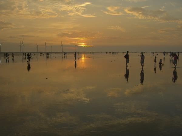 夕陽雲彩映入水灘