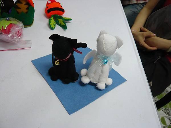 不織布模型_黑狗與白狗