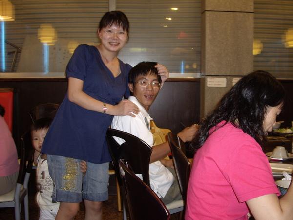 老吳和他老婆怡芳