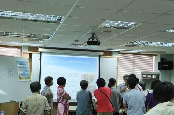 成員利用休息時間積極向講師請益。