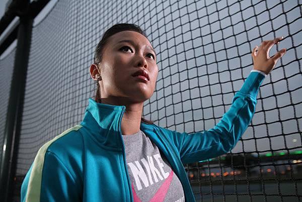 女運動員抬頭天-天下.jpg