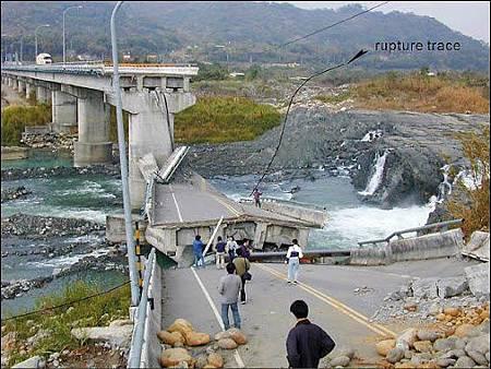 921地震造成近百公里長的斷層崖,圖中黑線即為車籠埔斷層。(陳文山提供 ).jpg