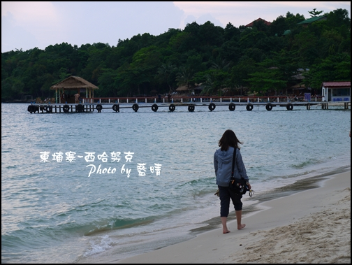 09-008-西哈努克海邊-沉思的ann.jpg