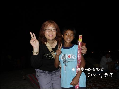 09-028-西哈努克海邊-賣煙火的可愛弟弟.jpg