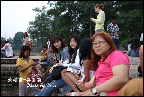 02-004-吳哥窟-皇家浴池看日初-ann和eva和田田和小朋友 by brian.jpg