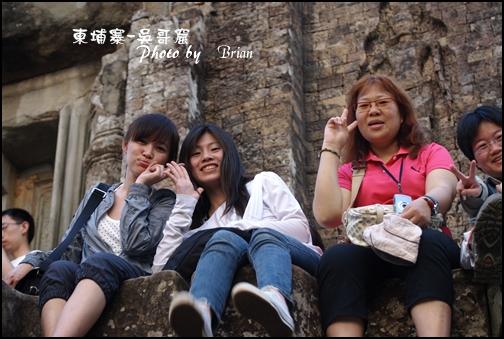 09-043-吳哥窟-變身塔看日落-ann和eva和田田 by brian.jpg