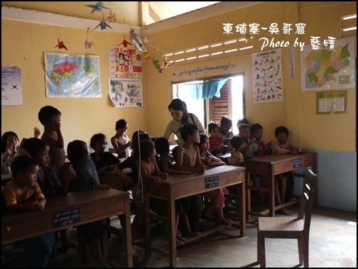 08-041-吳哥窟-空邦魯學校-發放物資.jpg