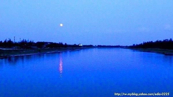 月圓的夏夜湖畔