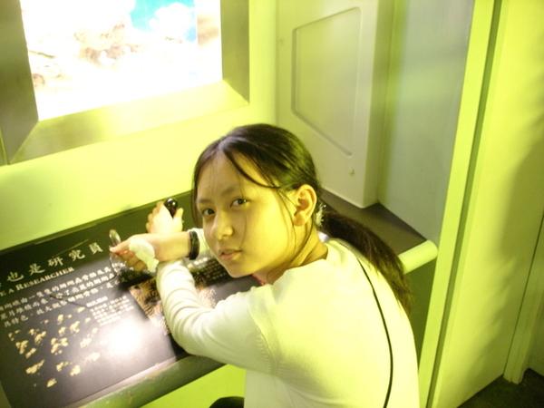 察看海葵的機器前