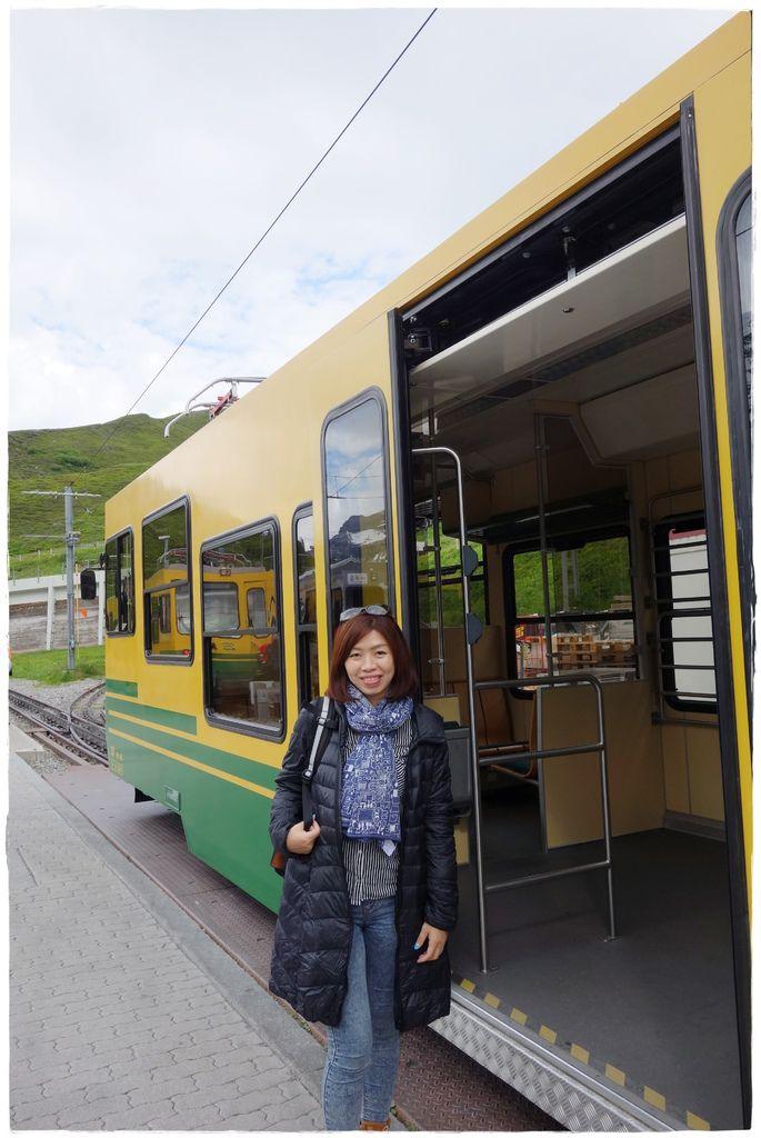 少女峰等車前-3.JPG