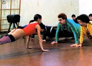 L'insegnante balla con tutta la classe 03