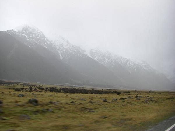 抵達庫克山村莊的時候 已經變成超大雨啦