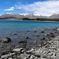漸層的藍色湖面  遠山加上綠樹