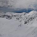 整個山頭都被白雪覆蓋了