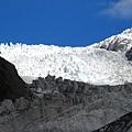 下面的冰河都因為參雜了泥沙 所以看起來髒髒的