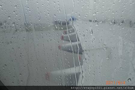 到樟宜機場囉!!可是新加坡下雨 =((