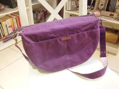 紫色石蠟帆布側背包1.jpg