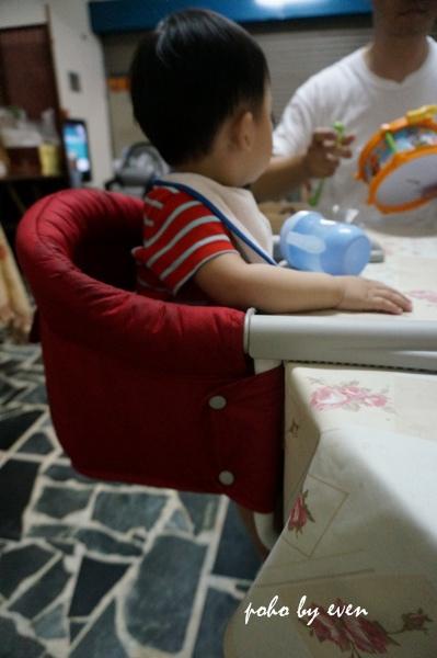 兒子紅色餐椅2.JPG