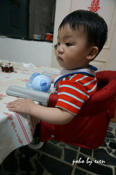 兒子紅色餐椅1.JPG