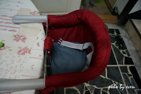 兒子紅色餐椅3.JPG