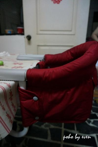 兒子紅色餐椅4.JPG