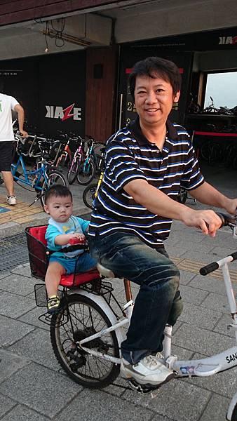 漁人碼頭騎腳踏車1.JPG