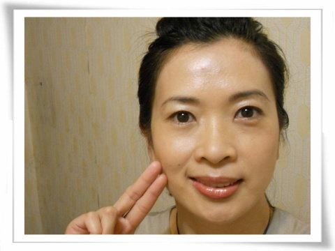 沒用鎂光燈的全臉+舉起2指的淡妝照2(縮小照).jpg