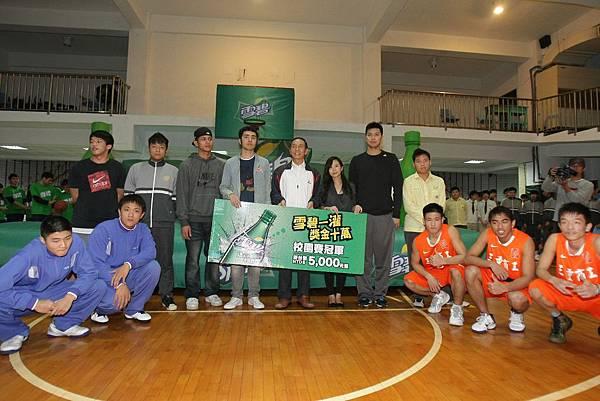強恕老師、林宜輝、林傑閔與能仁三重冠軍與強恕代表大合照.JPG