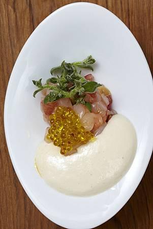 Daniel 西班牙紅蝦塔塔佐白色杏仁冷湯襯橄欖油魚子醬