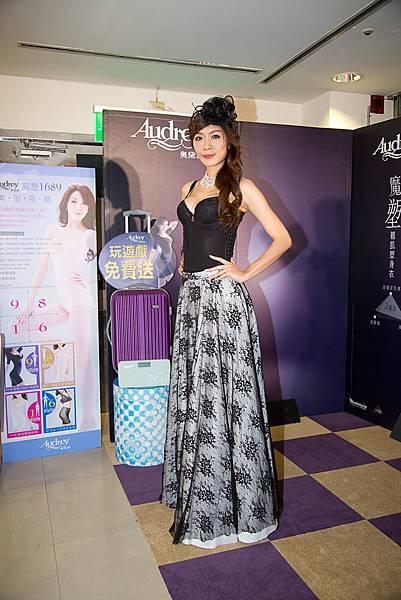 王尹平展示沙龍級塑身衣