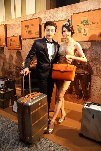 02賀軍翔與白歆惠攜帶Intensity SPL行李箱與Noviana包款,展現Hartmann的現代時尚之感